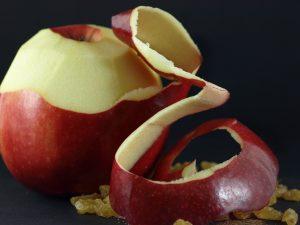 Die Äpfel unter kaltem Wasser waschen und schälen. Das Kerngehäuse entfernen und in kleine Würfel schneiden.