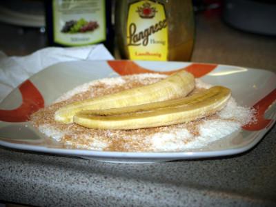Pel de banaan en leg ze op een snijplank.