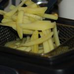 Doe nooit een te grootte portie frieten afbakken omdat anders de temperatuur van de olie te veel afkoelt en u krijgt geen knapperig frietjes.