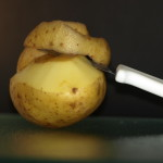 Aardappels onder koud water goed wassen.