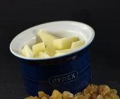 Besprenkel de appelstukken nu met wat verse geperste citroensap of limoensap zodat de appels niet bruin worden.