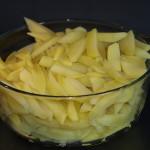 Als ze droog zijn doet u de frieten in een grote glazen schaal. U herhaald deze stappen totdat alle frieten geblancheerd en gedroogd zijn.
