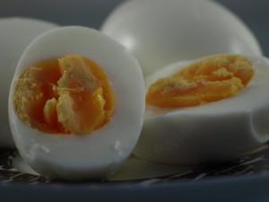 Beter zachtgekookte of hardgekookte eieren?Welk ei is het juiste? Hoe herkent u dat het ei vers is? Wat is de juiste kooktijd?