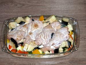 Dep de verse kipfilet even droog met keukenpapier en leg het vlees in een koude ovenschaal.