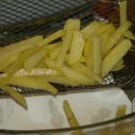 Neem dan de frieten/patatten uit de friteuse en leg ze op het keukenpapier, in de grootte schaal, om de overvloedige olie eruit te halen.