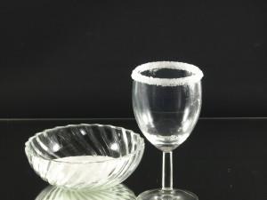Het glas voorzichtig uit de suiker trekken en de overtollige suiker over de serveerschaal af schudden. Het glas normaal neerzetten en een uurtje op een droge plek laten drogen.