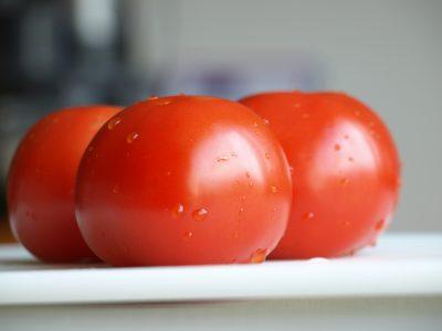 Hoe ontvel of plicheer ik een tomaat?