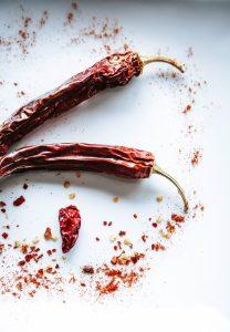 Capsaïcine in chili peper voorkomt dat pijnprikkels aan de hersenen worden doorgegeven en zorgt ervoor dat de neurotransmitter endorfine vrijkomt in het lichaam.