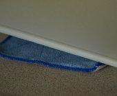 Leg nu een vochtige doek onder de snijplank, zo voorkomt u tijdens het snijden dat de snijplank weg kan glijden.