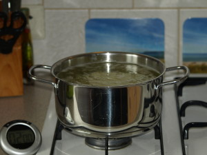 Laat de aardappelfrietjes in het water ongeveer 5 minuten koken.