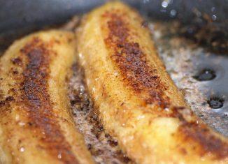 Gebakken banaan met kokos, kaneel en honing