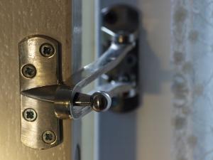 Bescherm uzelf beter in uw eigen huis - met een kierstandhouder maakt uw inbreken een stuk moeilijker.