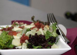 kostelijke saladecompositie met frambozendressing