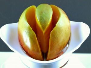 Nu had ik 2 mangohelften en de pit met zo goed als geen vruchtvlees eraan. Ik vond het geen moeilijke klus, eigenlijk wel handig zo'n mangosnijd
