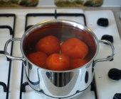 Doe de tomaten ongeveer 1-2 minuut in het kokende water.