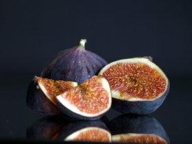 Was de vijgen voorzichtig en kort in koud water en zorg ervoor dat de schil heel blijft. Vermijdt dat er water aan de vrucht komt, want dit gaat ten koste van de smaak. Voorzichtig met keukenpapier droog deppen. Vijgen zijn kwetsbare vruchten.